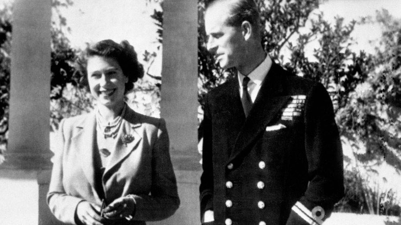 La entonces princesa Isabel con el duque de Edimburgo, en el jardín de Villa Guardamangia. (Getty)