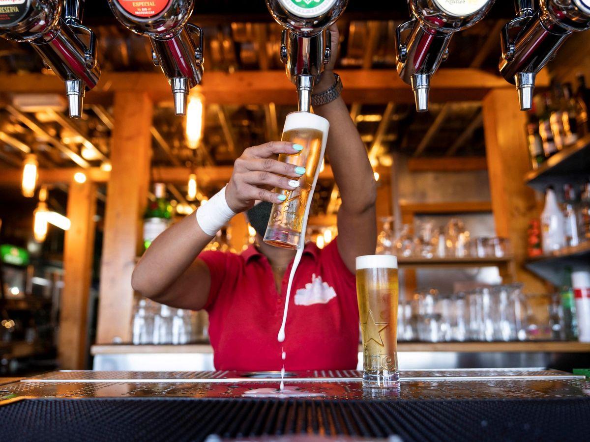 Foto: Una camarera sirve unas cervezas en un bar de Santa Cruz de Tenerife. (EFE)