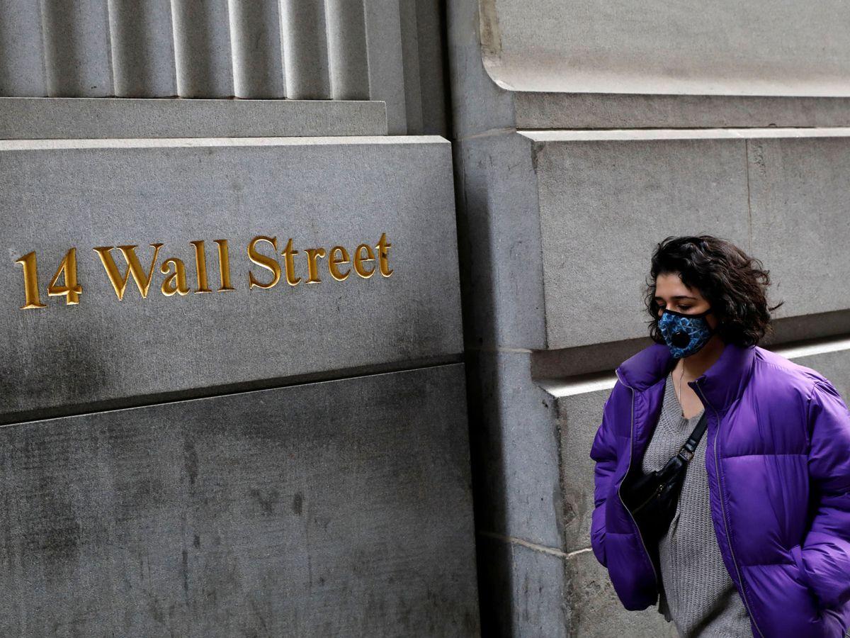 Foto: Una mujer con mascarilla en Wall Street. (Reuters)