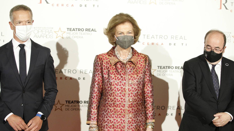 La reina Sofía, junto al ministro Miquel Iceta y el director del Real. (Limited Pictures)