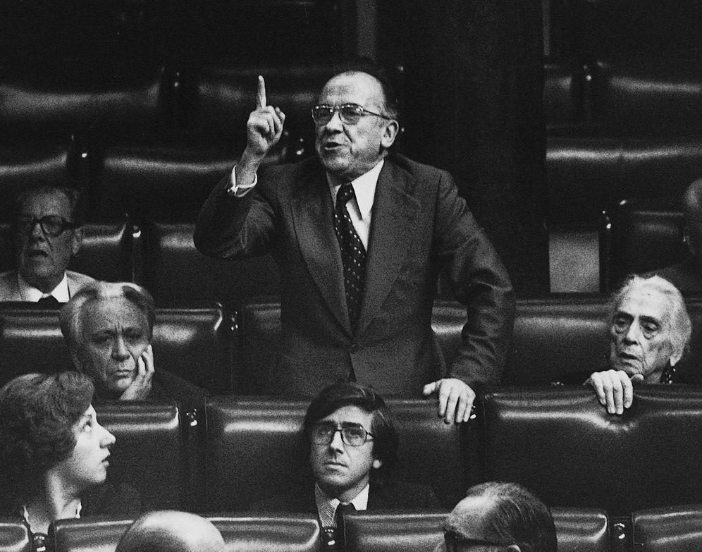 Foto: Santiago Carrillo, con la Pasionaria, en el pleno del Congreso de los Diputados en julio de 1977. (EFE)
