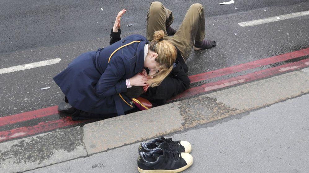 Foto: Una mujer asiste a uno de los heridos. (Reuters)