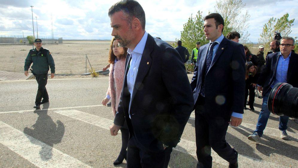 Foto: El 'exconseller 'de Empresa de la Generalitat Santi Vila abandonando la cárcel tras pagar la fianza de 50.000 euros. (EFE)