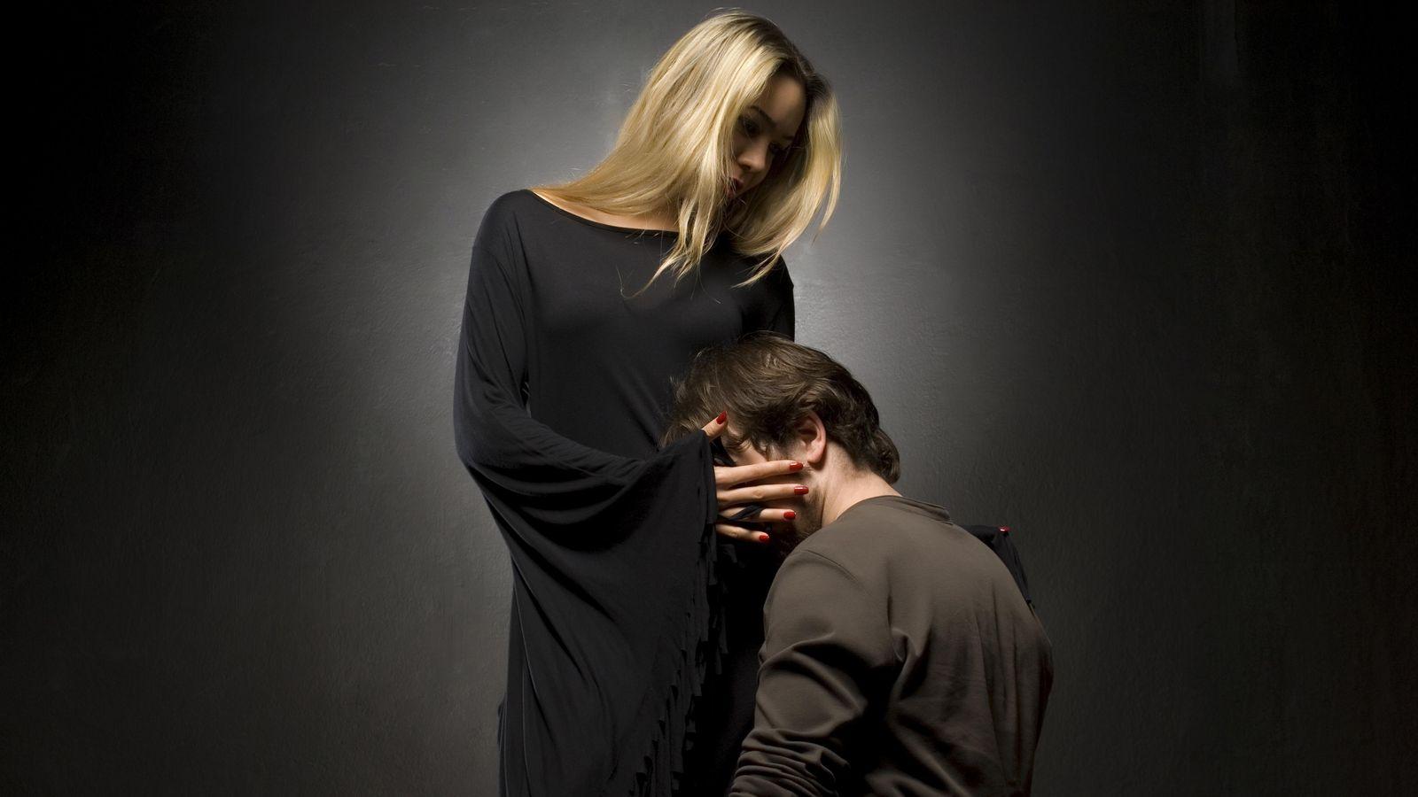 Foto: No hace falta postrarse a los pies de nadie para conseguir un poco de sexo, tranquilo. (iStock)