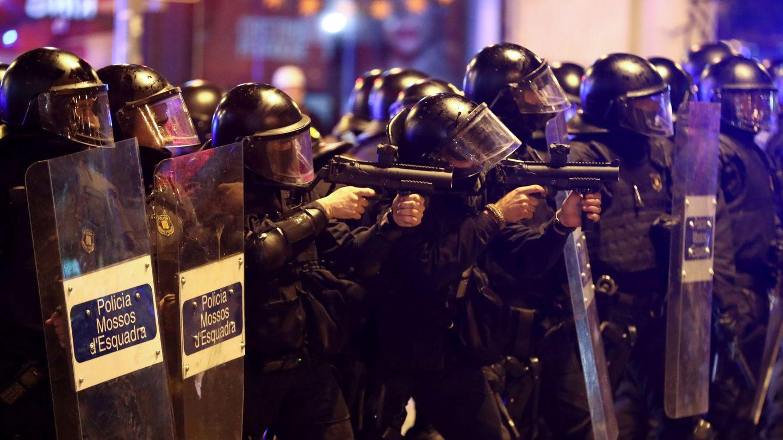 Los Mossos d'Esquadra disparan proyectiles de foam para dispersar a los manifestantes de la Via Laietana. (EFE)