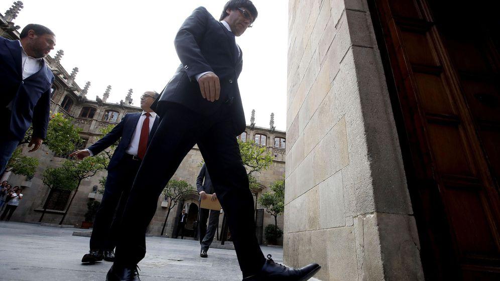 Foto: El presidente de la Generalitat, Carles Puigdemont, asistiendo a una reunión de urgencia en el Parlament. (EFE)