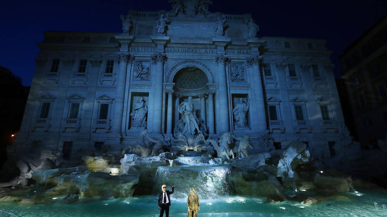 Karl Lagerfeld y Silvia Venturini Fendi, en la impresionante Fontana di Trevi durante el 90 aniversario de Fendi. (Getty)