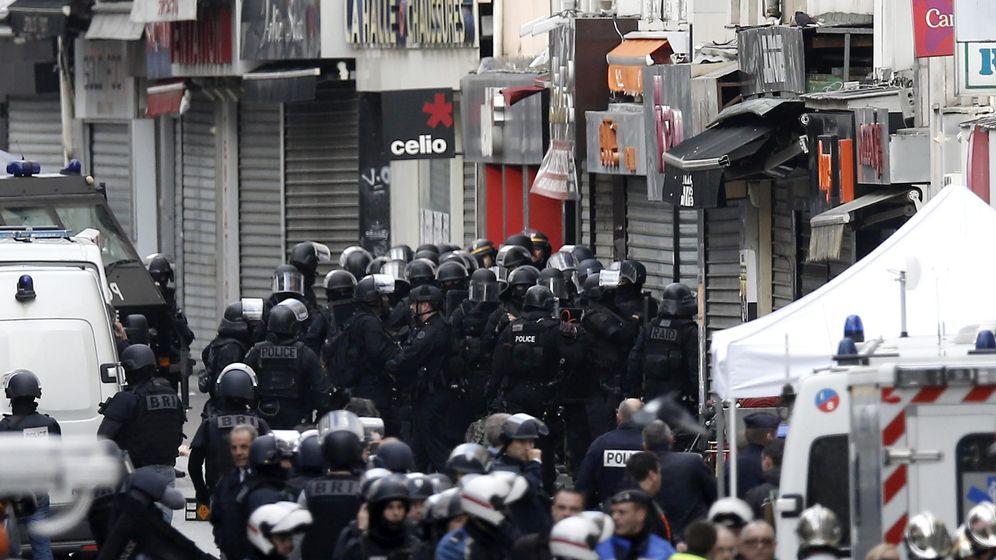 Foto: Policías participan en una operación en Saint Denis. (EFE)