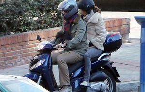 Rafa Medina y Laura Vecino 'huyen' de la prensa en moto y en dirección contraria