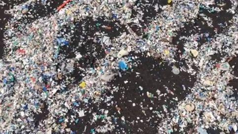 Así se llena de plástico una playa de Tenerife