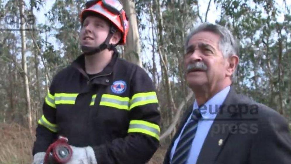 Foto: El bombero junto a Revilla. (EP)