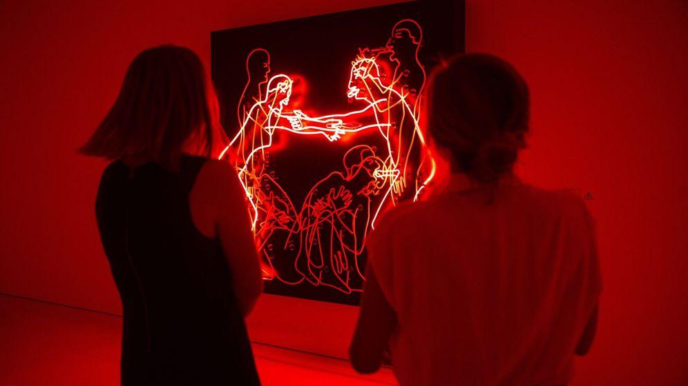 Foto: Unas personas observan la obra Sexo y muerte por asesinato y suicidio. 1985 del artista estadounidense Bruce Nauman. (EFE)