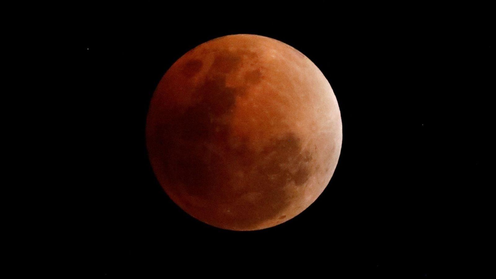 Foto: Imagen de la Luna roja durante un eclipse en Filipinas | EFE