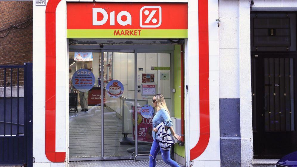 Foto: Una mujer pasa ante la puerta de un supermercado del Grupo DIA. (EFE)