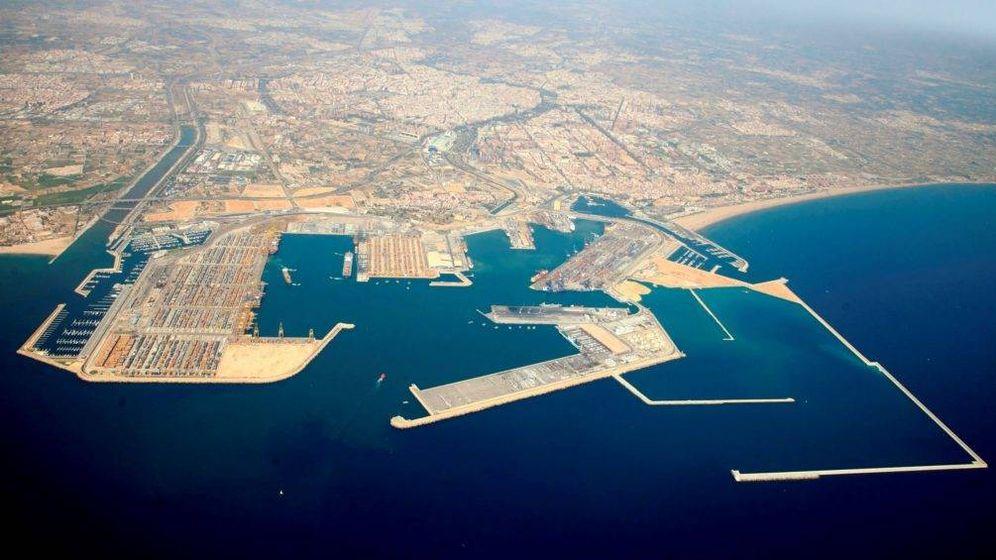 Foto: El puerto de Valencia. A la derecha, abajo, los diques de abrigo de la ampliación norte, todavía sin colmatar. (Valenciaport)