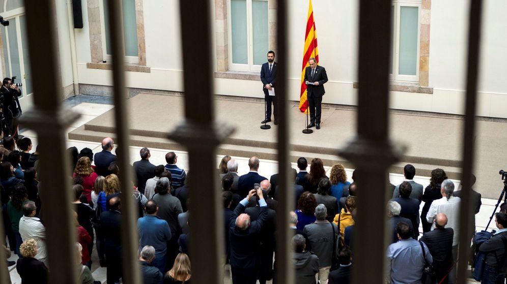 Foto: El presidente de la Generalitat de Cataluña, Quim Torra (d), y el del Parlament, Roger Torrent (i), durante la declaración institucional realizada el viernes. (EFE)