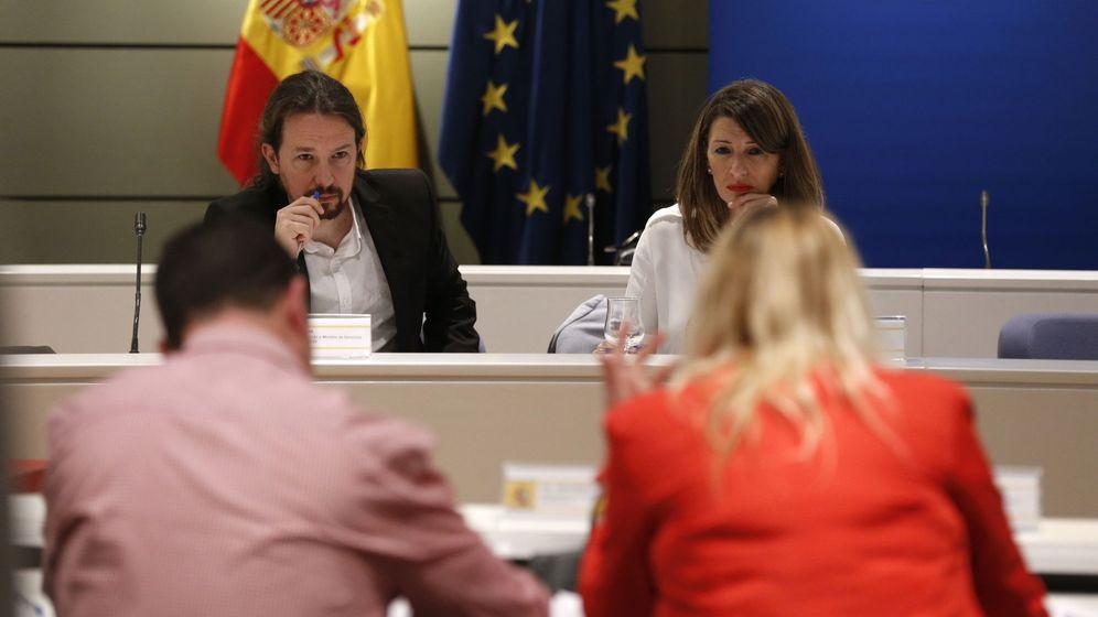 Foto: El vicepresidente del Gobierno, Pablo Iglesias, y la titular de Trabajo, Yolanda Díaz, en el encuentro de este viernes. (EFE)