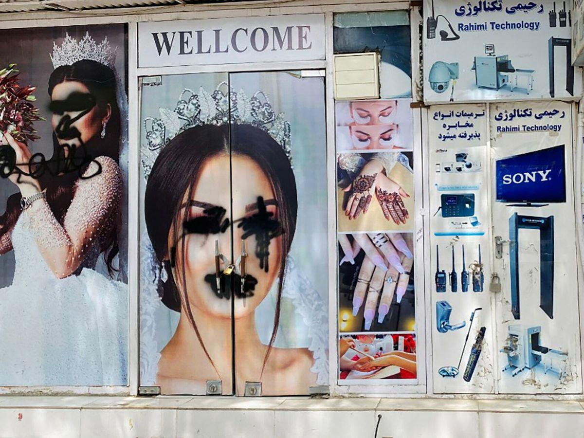 Foto: Tras la toma de Kabul por parte de los talibanes, se procedió a eliminar el rostro de mujeres en las calles. (EFE)