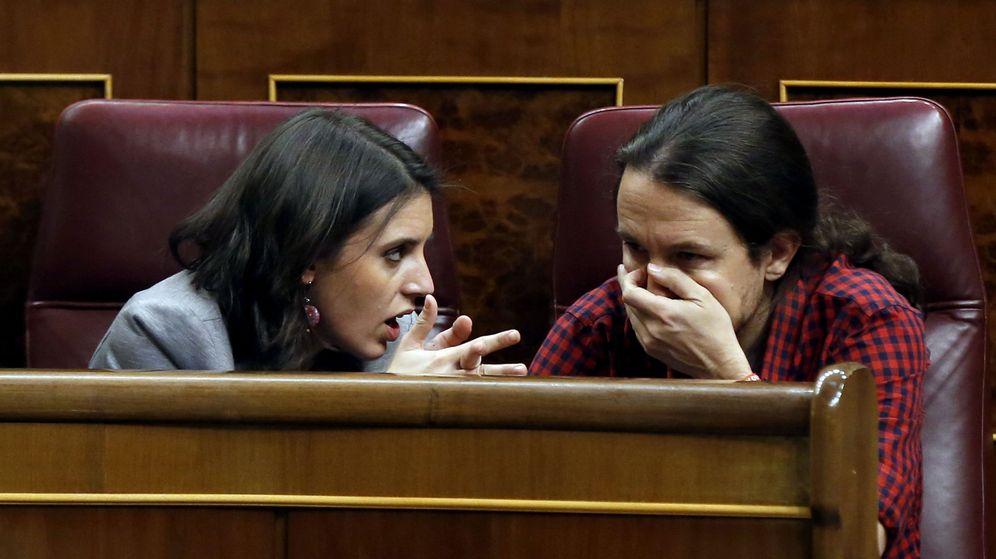 Foto: El secretario general de Podemos, Pablo Iglesias (d), conversa con la portavoz adjunta, Irene Montero (i), durante el pleno del Congreso de los Diputados. (EFE)