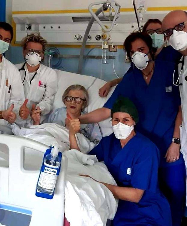 Foto: Alma Clara Corsini, en su cama del hospital antes de ser dada de alta. (Twitter)