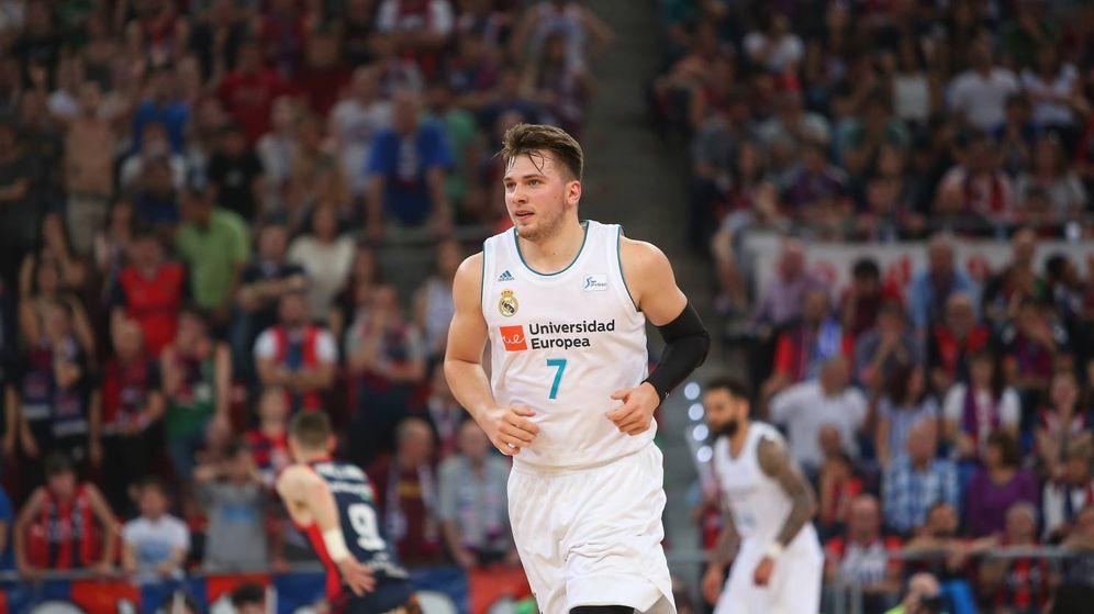 Foto: Luka Doncic, con 20 puntos, fue el máximo anotador del tercer partido de la final de la Liga Endesa. (ACB Photo / A. Arrizabalaga)