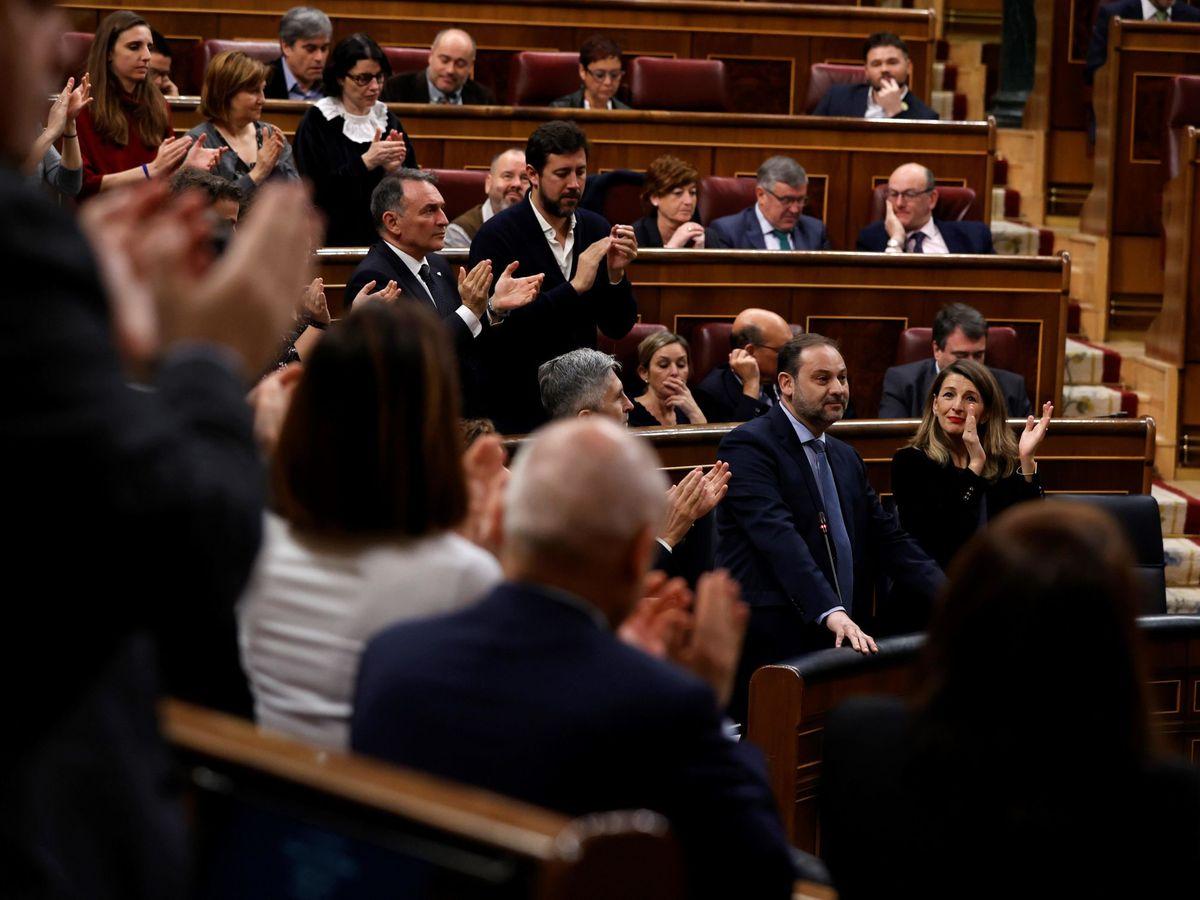 Foto: La bancada socialista y la de UP arropa a José Luis Ábalos durante la sesión de control al Ejecutivo de este 26 de febrero. (EFE)