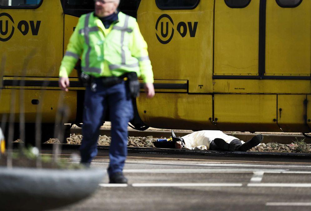 Foto: Policías armados vigilan la plaza del 24 de Octubre, donde varias personas han resultado heridas este lunes en un tiroteo, en la zona oeste de Utrecht, Holanda. (EFE)