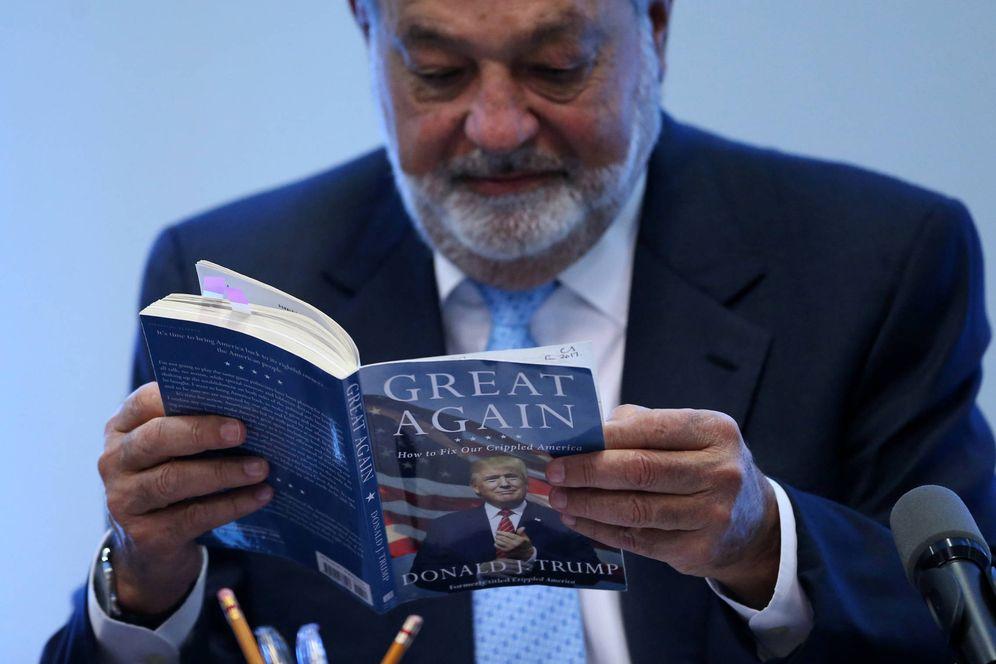 Foto: Carlos Slim lee el libro How to make America great again de Donald Trump durante una rueda de prensa en Ciudad de México, el 27 de enero de 2017. (Reuters)