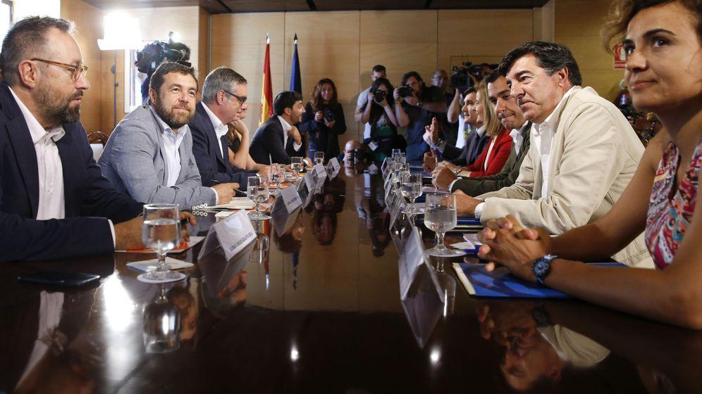 Foto: Los equipos negociadores de Ciudadanos y PP, durante la primera reunión entre ambas formaciones para buscar un acuerdo de investidura. (EFE)