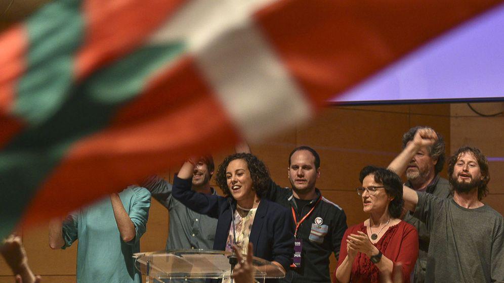 Foto: La cabeza de lista de Unidos Podemos por Guipúzcoa, Nagua Alba (c), celebra con el resto de candidatos en Bilbao los resultados del escrutinio de las elecciones generales. (EFE)