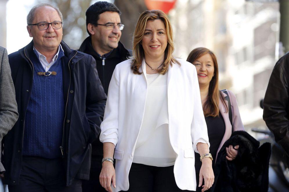 Foto: Susana Díaz, acompañada este 2 de abril por su número dos, Juan Cornejo, y la delegación andaluza, llegando al comité federal del PSOE, este 2 de abril. (EFE)