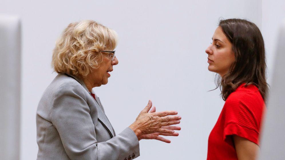 Foto: La alcaldesa de Madrid, Manuela Carmena (i), conversa con la portavoz del Ayuntamiento de Madrid, Rita Maestre (d), al inicio de un Pleno del Ayuntamiento. (EFE)