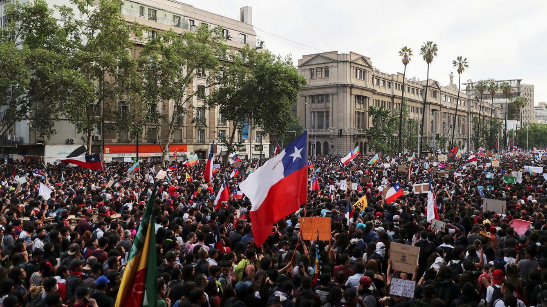 Foto: Más de 1,2 millones de personas salieron de nuevo a la calle este viernes en Santiago. (Reuters)