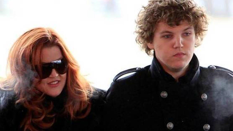 Lisa Marie Presley y su fallecido hijo Benjamin Keough. (EFE)