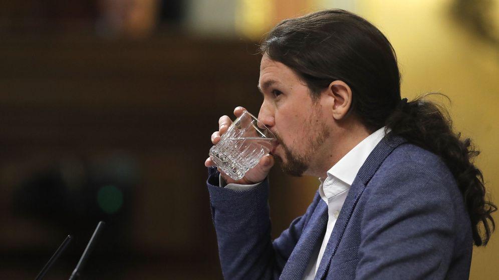Foto: El líder de Podemos, Pablo Iglesias, bebe agua durante su intervención hoy en el Congreso de los Diputados para defender su programa de gobierno, en el debate de la moción de censura. (EFE)