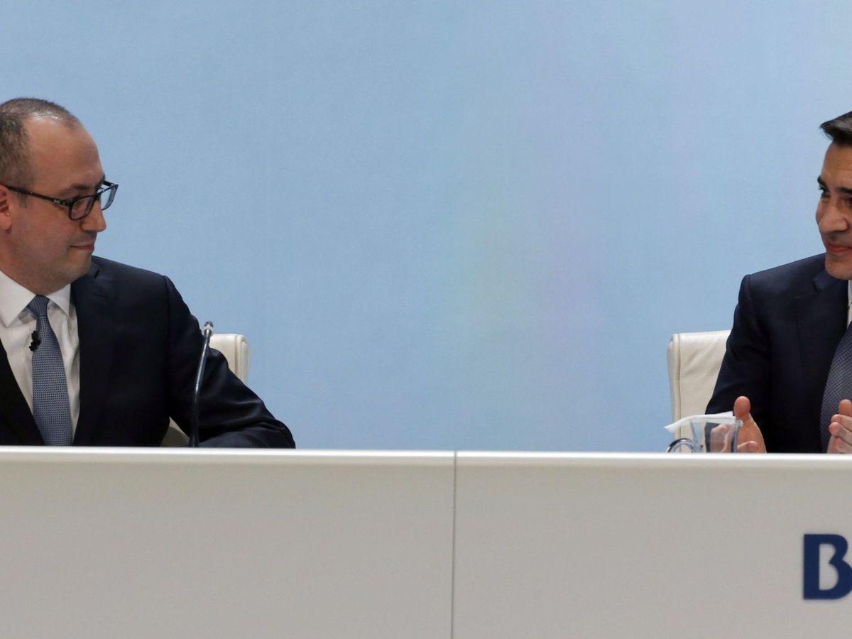 Foto: Onur Genç (i) y Carlos Torres (d), CEO y presidente de BBVA. (EFE)