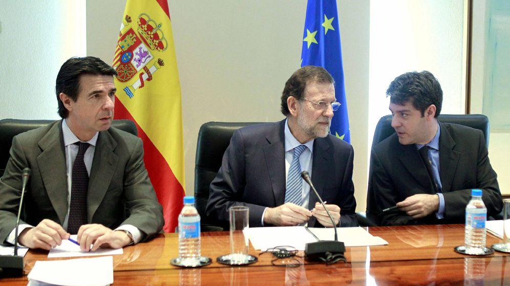 Foto: Foto de archivo del exministro de Industria José Manuel Soria, junto con el presidente del Gobierno, Mariano Rajoy, y el actual ministro de Energía, Álvaro Nadal. (EFE)