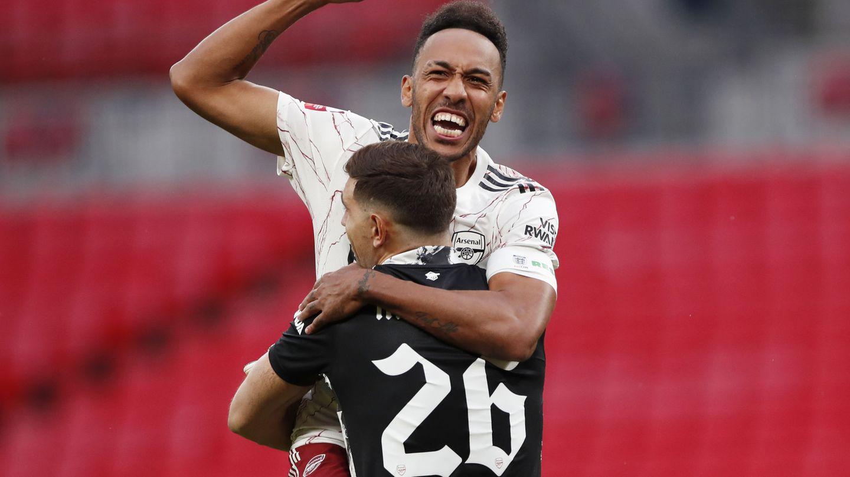 La estrella del Arsenal, Aubameyang, celebra con Emiliano Martínez el triunfo este sábado en la Community Shield ante el Liverpool. (Reuters)