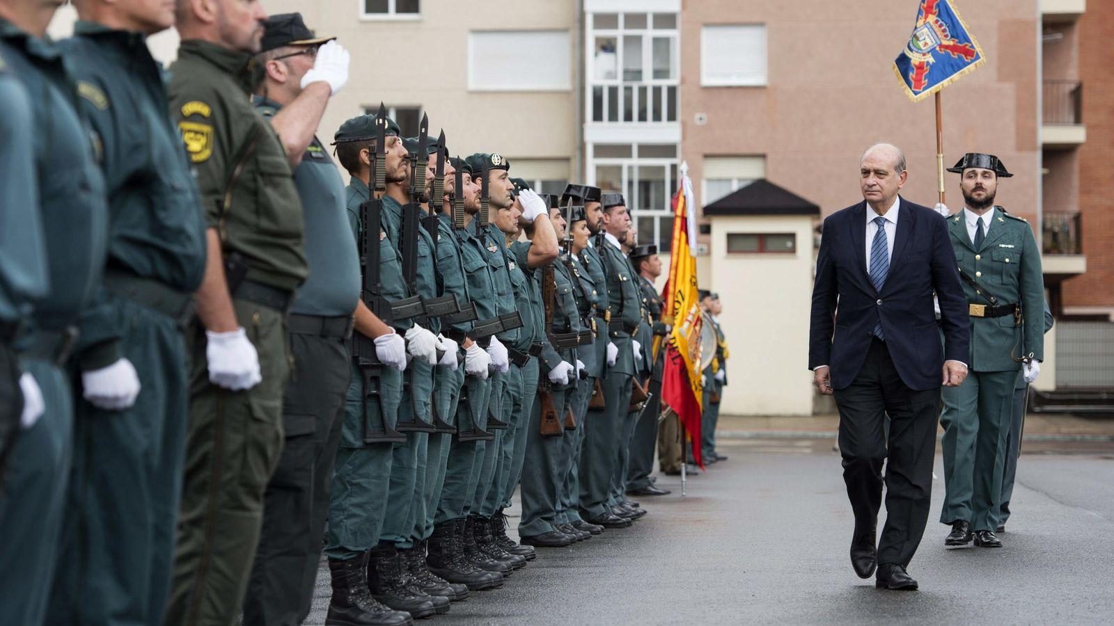 Foto:  El ministro del Interior, Jorge Fernández Díaz (d), pasa revista a su llegada a los guardias civiles del cuartel de Vitoria. (EFE)