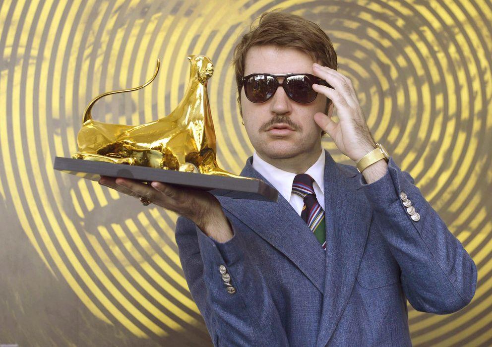 Foto: El cineasta Albert Serra muestra su Leopardo de Oro en el Festival de Locarno. (EFE)
