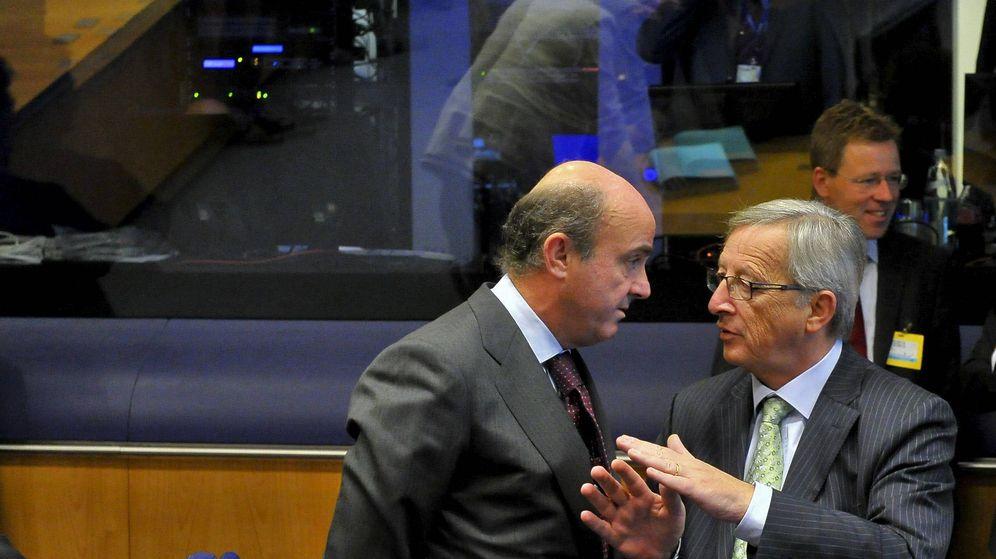 Foto: El presidente del Eurogrupo, Jean-Claude Juncker (d), conversa con el ministro de Economía español, Luis de Guindos. (EFE)