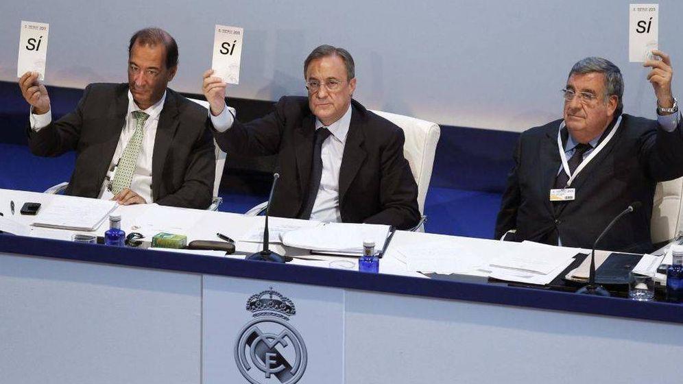 Foto: Florentino Pérez y Pedro López Jiménez en una Asamblea del Real Madrid (Efe)