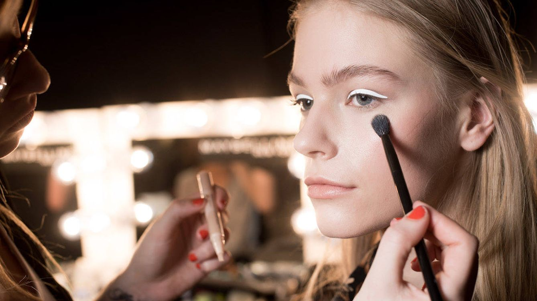 Foto: Maquillaje en el backstage de una pasarela. (Getty)