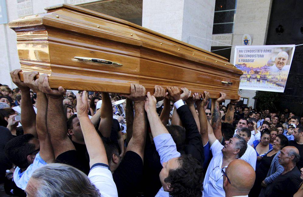 Foto: Un grupo de personas porta el ataúd de Vittorio Casamonica durante su funeral en Roma. (Reuters)