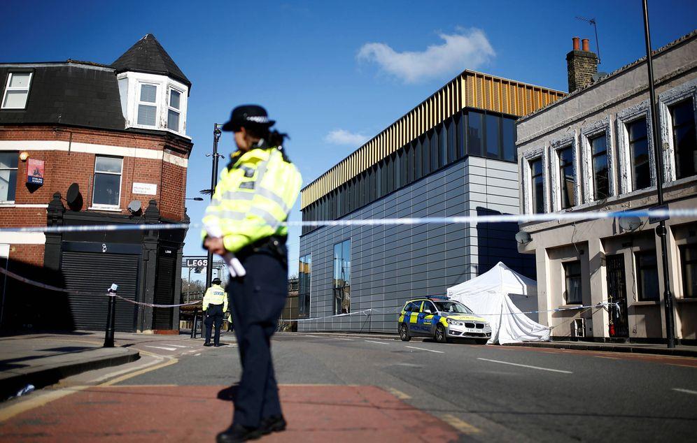 Foto: Agentes de policía en la escena de un crimen con cuchillo, en la calle Link, Londres, el 5 de abril de 2018. (Reuters)