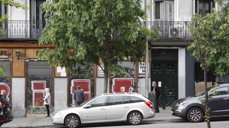 Personas haciendo cola ante una ferretería madrileña. (Foto: Héctor G. Barnés)