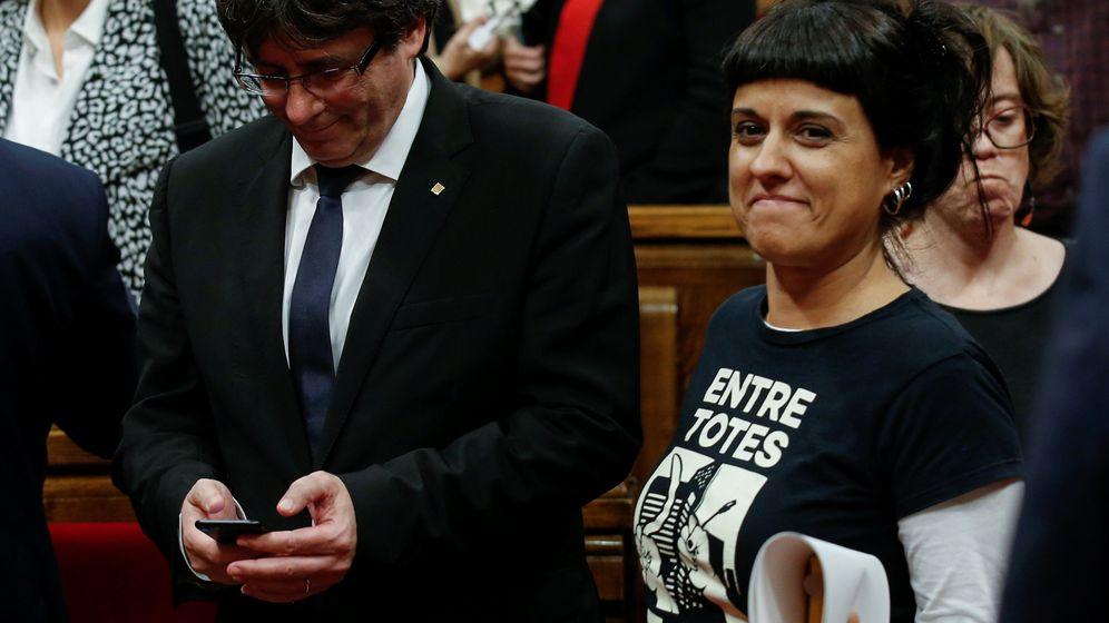 Foto: El presidente de la Generalitat, Carles Puigdemont, y la diputada de la CUP, Anna Gabriel. (Reuters)