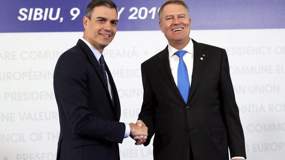 Foto: El presidente rumano, Klaus Iohannis (d), recibe al presidente del Gobierno en funciones, Pedro Sánchez (i), antes del comienzo de la cumbre. (EFE)