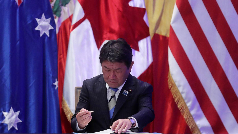 El ministro de Estado de Política Económica y Fiscal de Japón, Toshimitsu Motegi, firma el Acuerdo de Asociación Transpacífico, en marzo de 2018. (EFE)