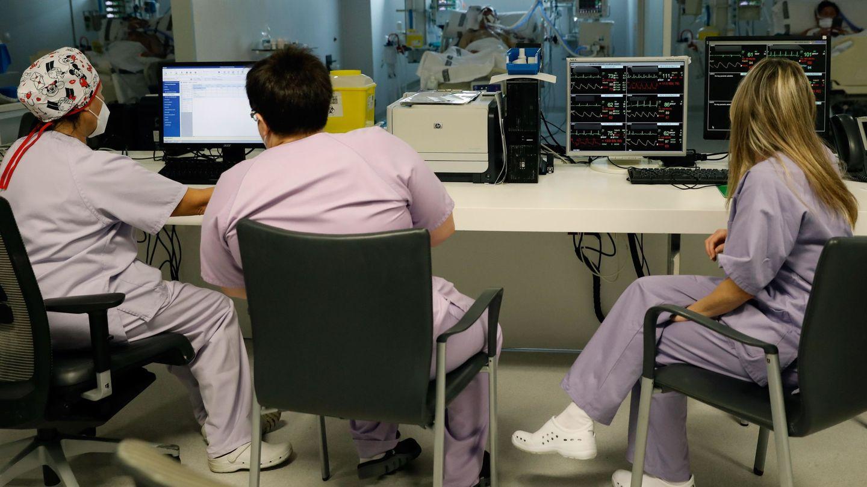 Personal sanitario atienden a un paciente en la Unidad de Cuidados Intensivos del Hospital La Fé de Valencia. (EFE)